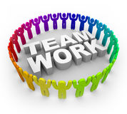 Bunte Leute um Wort-Teamwork Lizenzfreie Stockfotografie
