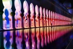 Bunte Lichter an der großartigen Moschee in Abu Dhabi Stockfotos