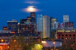 Bunte Lichter der im Stadtzentrum gelegenen Skyline Denver Colorados nachts Stockfotos