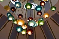 Bunte Lichter, die von der Decke hängen Lizenzfreie Stockfotos