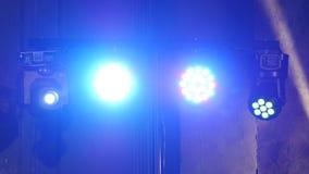 Bunte Lichter in einem Konzert stock footage