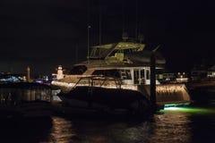Bunte Lichterkette auf Segelbooten lizenzfreie stockfotografie