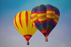 Bunte Luftballone in der Luft mit blauem Himmel stockbilder