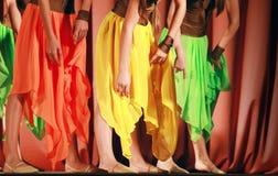 Bunte Mädchen bewogen Rock wellenartig lizenzfreie stockfotos