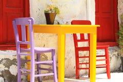 Bunte Möbel einer Straßengaststätte Lizenzfreies Stockbild