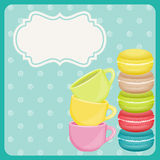 Bunte macaron Plätzchen und Teetasse auf blauem Hintergrund Stockfotografie