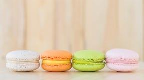 Bunte macarons auf hölzernem Hintergrund Stockfotos