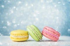 Bunte macarons auf hellblauem Funkeln bokeh Hintergrund Stockfoto