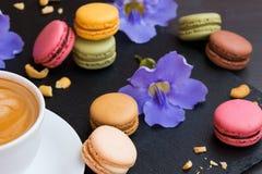Bunte macarons backt mit Tasse Kaffee zusammen Süße und bunte französische Makronen Lizenzfreie Stockfotografie