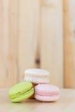 Bunte macarons, Makronen auf hölzernem Hintergrund Lizenzfreies Stockbild