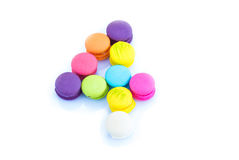Bunte macarons, nummerieren 4 auf weißem Hintergrund lizenzfreie stockfotografie