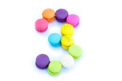 Bunte macarons, nummerieren 3 auf weißem Hintergrund Stockfotografie