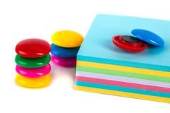Bunte Magneten - Halter und Papiere auf einem weißen Hintergrund Stockfoto