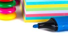 Bunte Magneten - Halter und Papiere auf einem weißen Hintergrund Lizenzfreies Stockbild