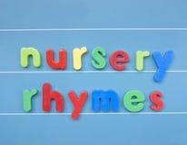 Bunte magnetische Buchstaben, die Kinderreime buchstabieren Stockfotografie