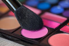 Bunte Make-uppalette mit Make-upbürste, Farbfilter stockfotos