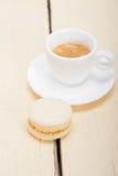 Bunte Makronen mit Espressokaffee Stockfotos
