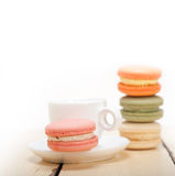 Bunte Makronen mit Espressokaffee Stockfoto
