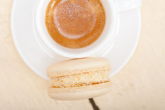 Bunte Makronen mit Espressokaffee Stockfotografie