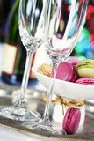 Bunte Makronen und Champagne Lizenzfreie Stockfotografie