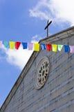 Bunte Markierungsfahnen in der Luft, eine Kirche im backgro stockfoto