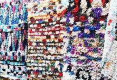 Bunte marokkanische Wolldecke auf dem Markt Stockbilder