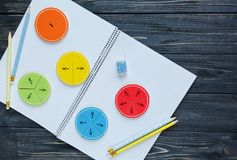Bunte Mathebrüche auf dem Arbeitsbuch interessantes Mathe für Kinder Bildung, zurück zu Schule stockbilder