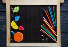 Bunte Mathebrüche und -äpfel als Probe auf braunem hölzernem Hintergrund oder Tabelle interessantes Mathe für Kinder Bildung, stockfotografie