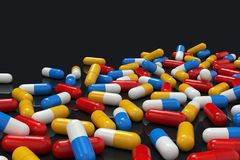 Bunte Medizinkapseln auf dem dunklen Hintergrund, horizontal stock abbildung
