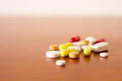Bunte Medizinpillen stockbild
