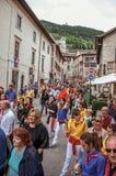Bunte Menge, die am ` Fest von Ceri-`, ein traditionelles Ereignis in Gubbio teilnimmt Stockbild