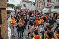 Bunte Menge, die am ` Fest von Ceri-`, ein traditionelles Ereignis in Gubbio teilnimmt Lizenzfreies Stockfoto