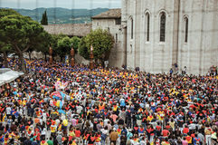 Bunte Menge, die am ` Fest von Ceri-`, ein traditionelles Ereignis in Gubbio teilnimmt Lizenzfreie Stockfotografie