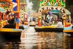 Bunte mexikanische Gondeln an Xochimilcos sich hin- und herbewegenden Gärten in M Stockfotos