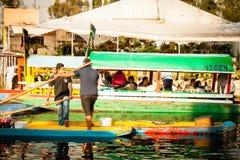 Bunte mexikanische Gondeln an Xochimilcos sich hin- und herbewegenden Gärten in M Stockbilder