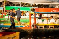 Bunte mexikanische Gondeln an Xochimilcos sich hin- und herbewegenden Gärten in M Lizenzfreies Stockbild