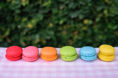 Bunte Mini-macarons Lizenzfreie Stockbilder