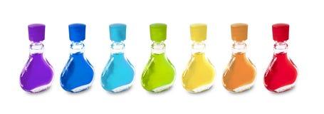 Bunte Miniflaschen auf dem weißen Hintergrund Stockfotografie
