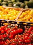 Bunte Mischung des unterschiedlichen roten, orange, gelben, grünen Frischgemüses am Markt stockfotografie