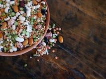 Bunte Mischung von den Hülsenfrüchte und von Getreide gemacht von der Bohnenvielzahl, Linsen, azuki, Gerste und in einer Terrakot stockbilder