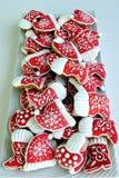 Bunte Mischung von Honey Cookies auf einer weißen Platte, roten Stiefeln und Kappen formte Lizenzfreies Stockfoto