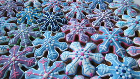 Bunte Mischung von Honey Cookies, Schneeflocken geformt Stockfotos