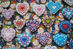 Bunte Mischung von Honey Cookies, von Herzen und von Schneemann formte Stockfotografie