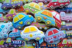 Bunte Mischung von Weihnachten themenorientierter verzierter Honey Cookies in Form des Autos Stockbild