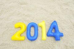 Bunte Mitteilung 2014 mit aufblasbaren Zahlen auf Strand Stockfotos