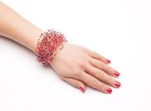Bunte Modearmbänder auf der Frauenhand lokalisiert auf Weiß Lizenzfreies Stockfoto