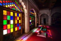 Bunte Mosaikfenster und -türen in Rajasthan Lizenzfreie Stockfotografie