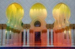 Bunte Moscheen-Korridore Stockfotos