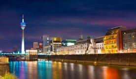 Bunte Nachtszene von Rhein-Fluss nachts in Dusseldorf lizenzfreie stockbilder