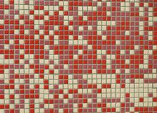Bunte nahtlose Mosaik-Wand (purpurrotes Rotes u. weiß) Stockbilder